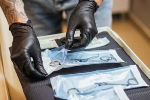 Eine Person, die mit sterilisierten Werkzeugen hantiert