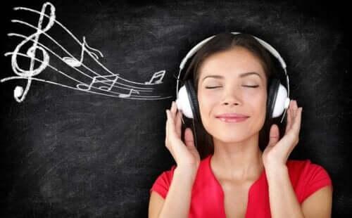 Eine Frau beim Hören von Musik