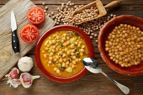 Gemüseeintopf mit Kichererbsen und Spinat