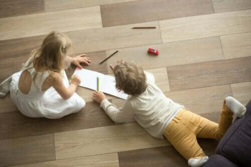 Kinder auf einem unechten Hartholzboden