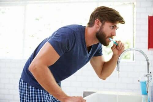 Ein Mann, der sich die Zähne putzt