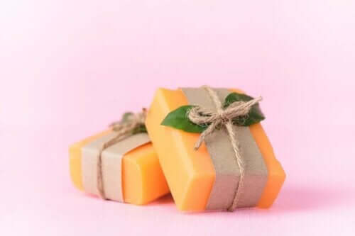 zwei verpackte Stück Papaya-Seife