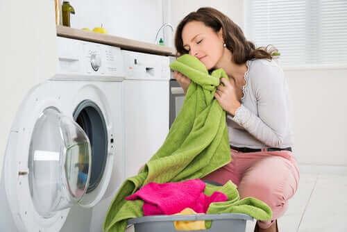 Der Einsatz von Hausmittlen kann bei stinkenden Handtüchern helfen