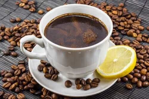 Kaffee mit Zitrone: Ist das eine gute Mischung?