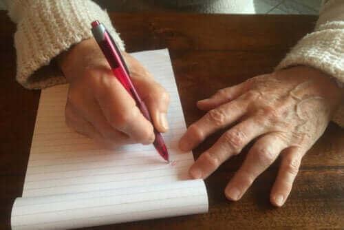 Schreibschwielen: Warum sie auftreten und wie man sie behandelt