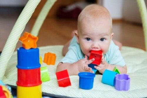 Babys starren - Baby mit Schnuller und Spielzeug