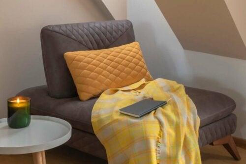 Entspannungsecke - Relaxsessel mit einer Decke
