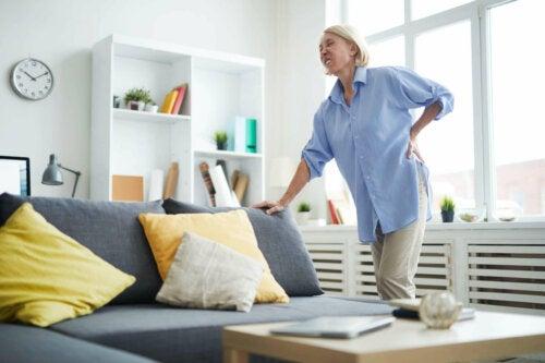 Fibromyalgiesyndrom - Frau mit Rückenschmerzen