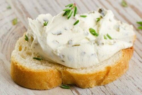 Frischkäse - auf Brot