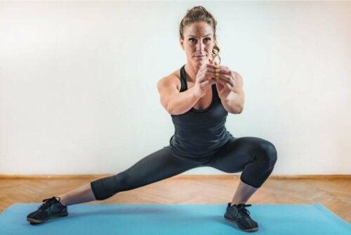 HIIT für Einsteiger - Frau macht Side Squats