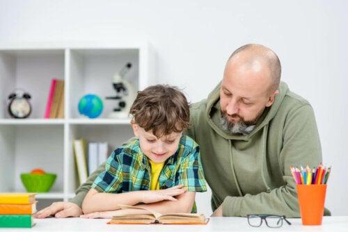 Kindern beibringen - Vater macht Hausaufgaben mit seinem Sohn