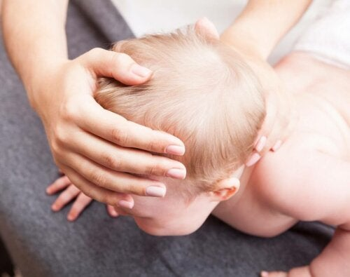 Kraniosynostose - Baby auf dem Bauch