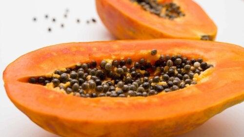 Papaya-Salat - aufgeschnittene Papaya