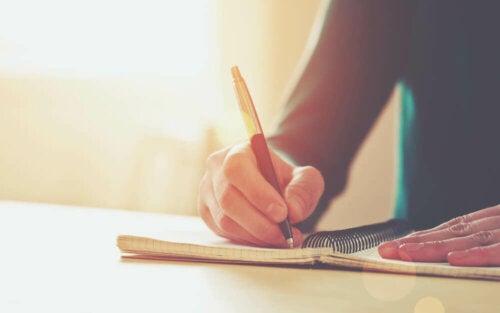 Schreibschwielen - eine Frau beim Schreiben