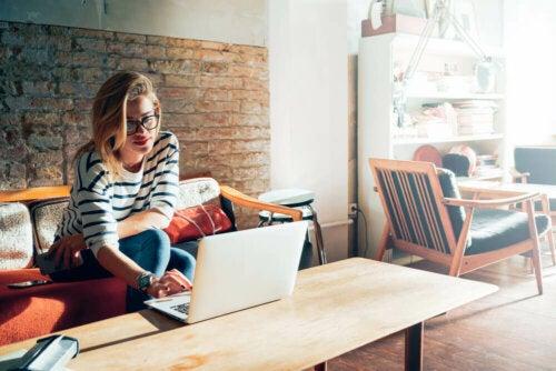 besseres Zeitmanagement - Frau am Laptop