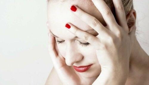 intrazerebrale Blutung - Frau mit Kopfschmerzen