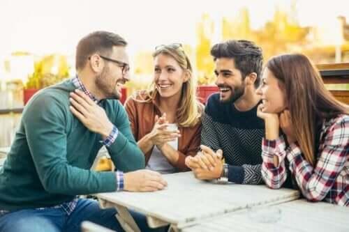 vertrauensbildende Übungen - Gruppe von Freunden