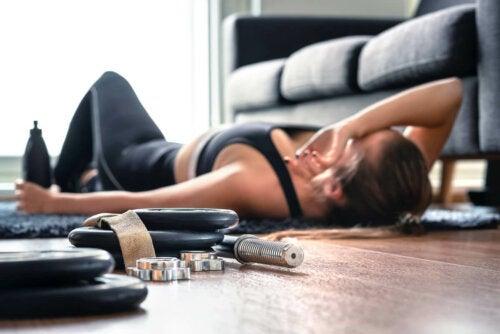 HIIT für Einsteiger - erschöpfte Frau nach dem Training