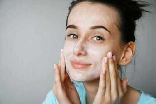 Peptide - Frau cremt ihr Gesicht ein
