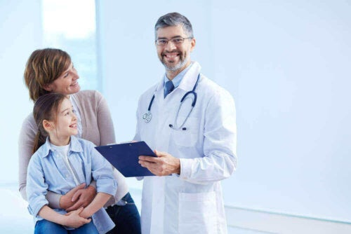 Syndrom der verbrühten Haut - Mutter und Kind beim Arzt