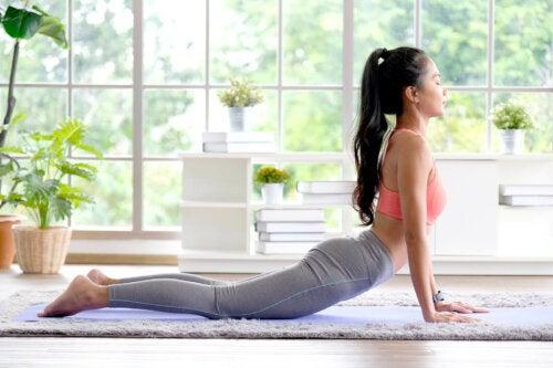 Yoga gegen Arthrose - Frau in Yoga-Pose