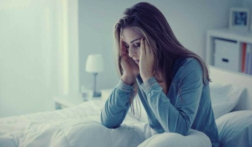 Fibromyalgiesyndrom - Frau mit Kopfschmerzen