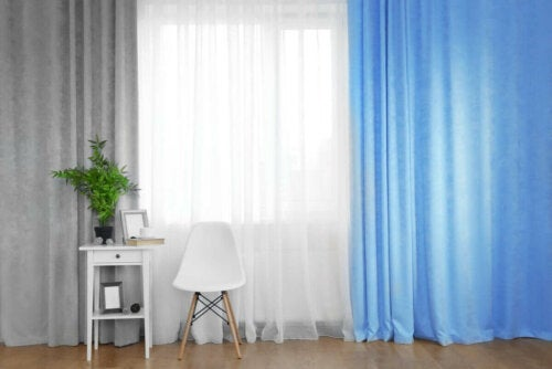Graue, weiße und blaue Vorhänge im selben Raum