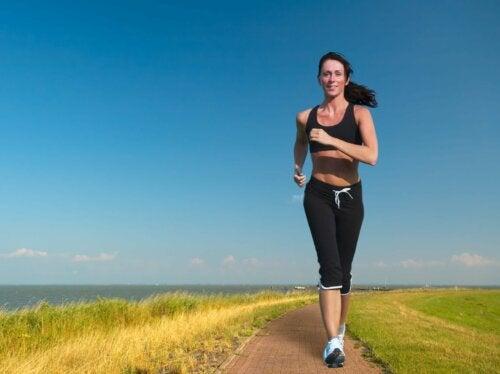 Eine Frau, die in der Nähe des Ozeans läuft