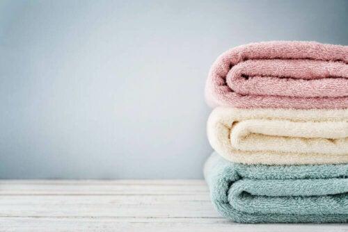 Ein Stapel gefalteter Handtücher anstelle von Händetrocknern