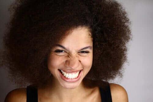 Zahnfleischlächeln – Definition, Ursachen und Behandlung