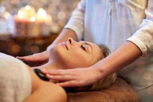 Hot Stone Massage: Was du darüber wissen solltest