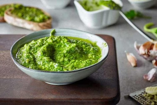 Grünes Pesto wird aus Basilikum hergestellt