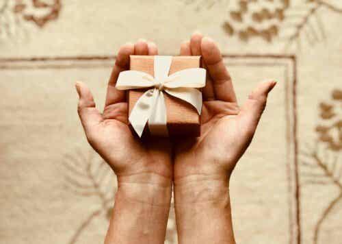 Eine Person, die ein Geschenk hält