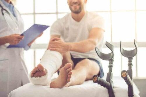 Es gibt Verletzungen verschiedenen Grades, die von Verstauchungen bis hin zu Frakturen reichen