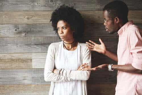 Sprich mit deinem Partner, wenn du denkst, dass er distanziert wirkt