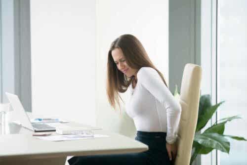 Hämorrhoiden verursachen auch Schmerzen und Beschwerden beim Sitzen oder Gehen