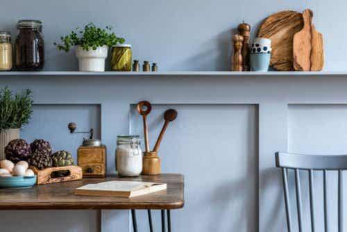 Verwende neutrale Farben für lineare Küchen, um sie nicht noch mehr zu überladen