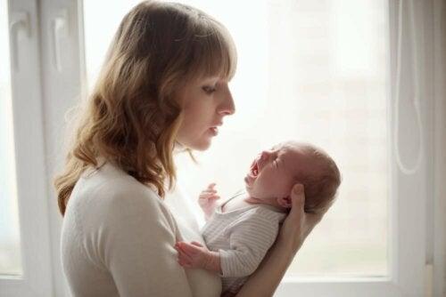 Mutter mit weinendem Baby