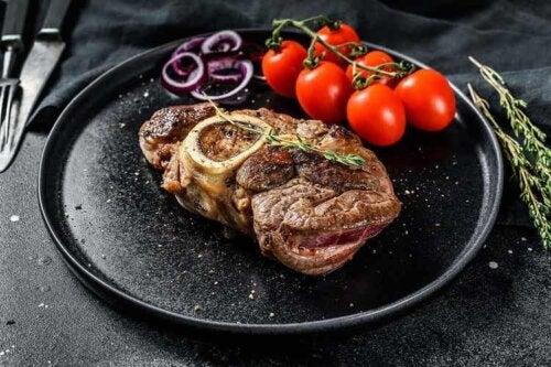 Steak mit Zwiebeln ist ein nahrhaftes und einfach zuzubereitendes Gericht