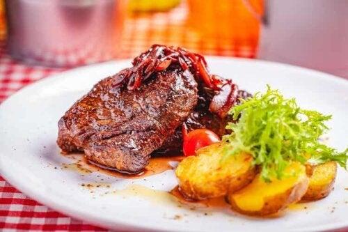 Steak passt ideal zu Beilagen wie Kartoffeln, Reis und Salaten