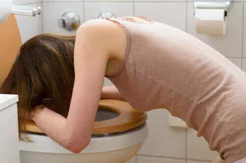 Diabulimie - Frau erbricht sich