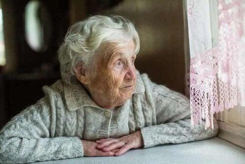 Sterbehilfe - ältere Dame am Fenster