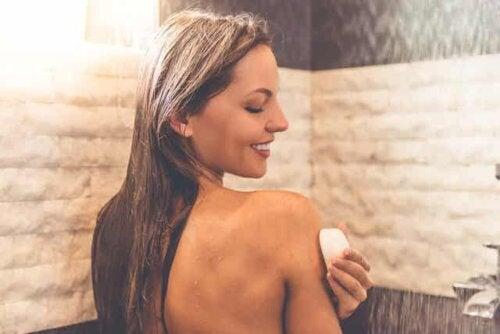 Neutralseife - Frau in der Dusche