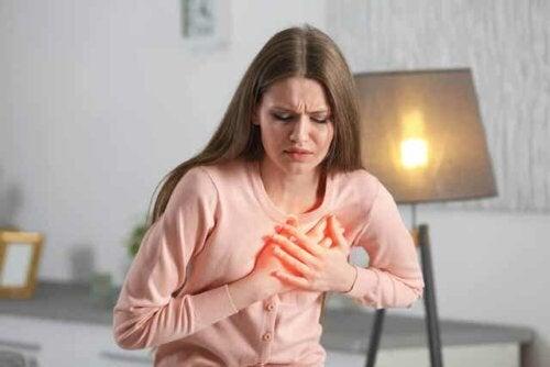 Frau mit Herzbeschweren