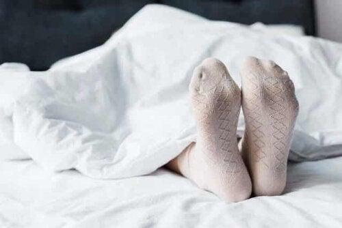 Melatonin bei der Behandlung von Fettleibigkeit - Mensch im Bett