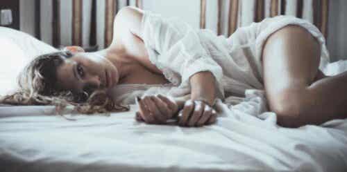 Orgasmische Meditation - Frau liegt im Bett