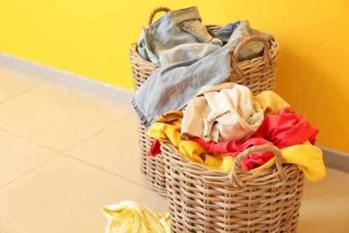 Essig, Backpulver und Salz sind weitere Produkte, die du einem Waschgang hinzufügen kannst
