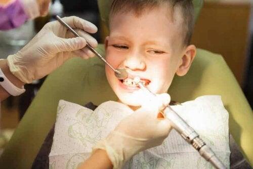 Ein Zahnarzt erkennt, ob ein Kind eine Kieferorthopädie benötigt