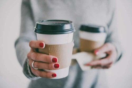 Kaffee kann die Zähne verfärben