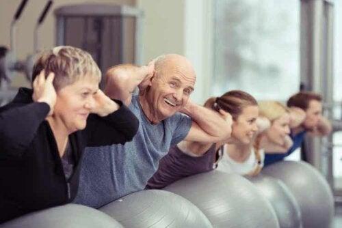 Pflegeheime bieten verschiedene Aktivitäten, um die Senioren aktiv zu halten